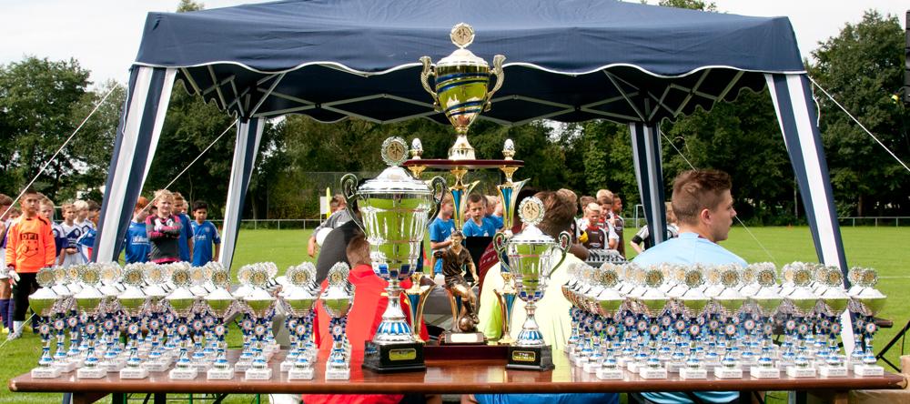 Tolle Pokale für alle Teilnehmer und ein riesiger Wanderpokal
